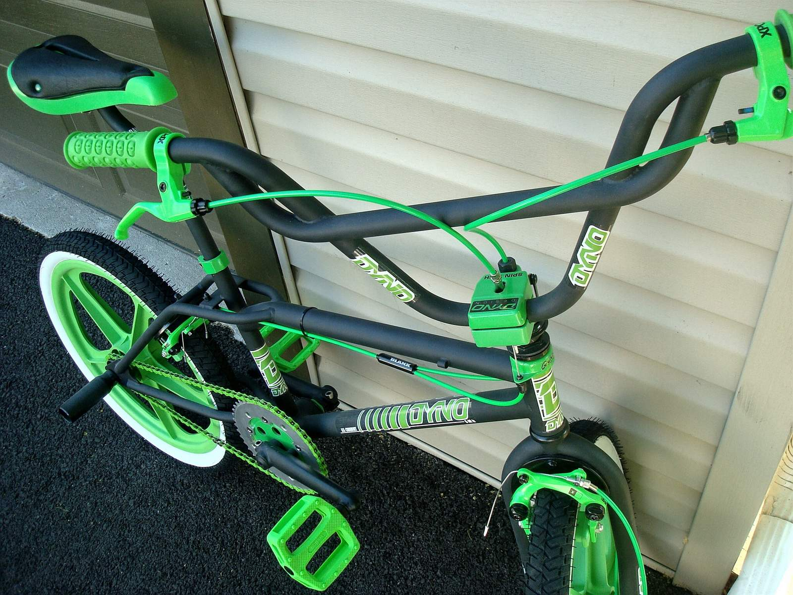 http://uploads.bmxmuseum.com/user-images/55127/1985-dyno-d-30---black--green-00159569294f2.jpg