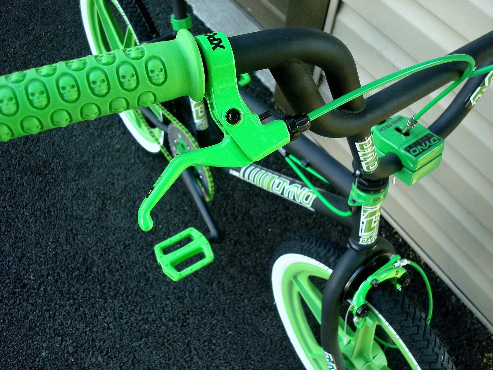 http://uploads.bmxmuseum.com/user-images/55127/1985-dyno-d-30---black--green-0125956927b3f.jpg